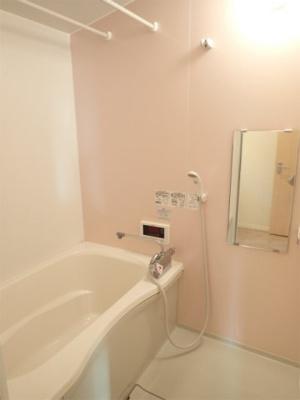 追い焚き機能・浴室暖房乾燥機&物干しバー付きバスルーム♪雨の日のお洗濯にも浴室暖房乾燥機があるので安心♪お風呂に浸かって一日の疲れもすっきりリフレッシュ♪