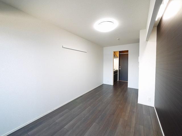 床材がとてもシックな居間です