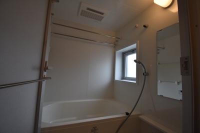 お風呂は窓もあって開放的です。