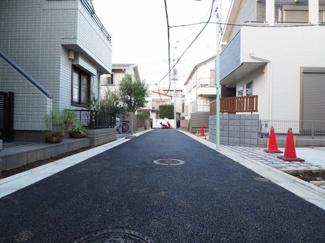 前面道路は新規、アスファルト舗装で交通量は少なめです。綺麗な道路で小さなお子様にも安心です♪