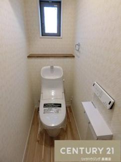 温水洗浄機付きトイレはペーパーホルダーも2つ! 窓もついて明かりが差し込みます。
