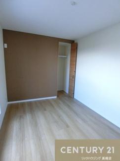 約7.7帖の洋室はバルコニーにつながっています。 さらにこのお部屋には2つの収納があります。