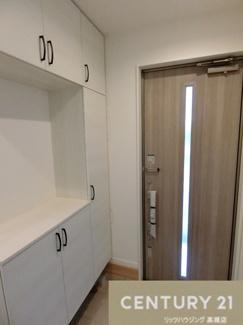 収納がたくさんある玄関です。 光が入る扉も重要ですよね。