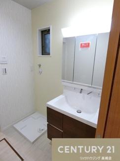 ミラーの裏にもスッキリ収納できる3面鏡洗面化粧台です。