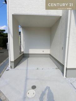 屋根付の駐車場も含め2台の駐車が可能です。