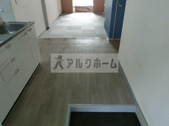 山下マンション 居間・リビング(キッチンに窓あり)