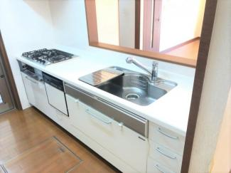 2口コンロのカウンターキッチンです。ママにうれしい収納力のある戸棚と床下収納ございます。食洗器付きで忙しいママをサポート。