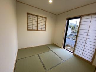 中央区松ヶ丘町 新築一戸建て 大森台駅 リビングに隣接した、くつろぎの和室スペース付きです。