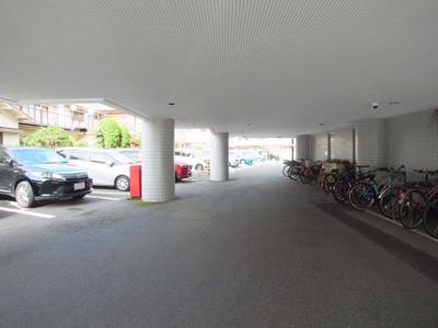 1階は駐車場で使用料は月額10,000円
