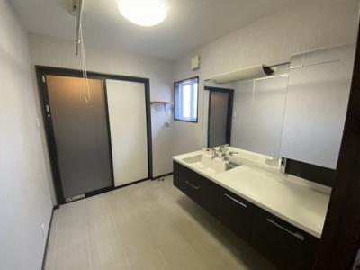 幅広洗面台付の洗面化粧室