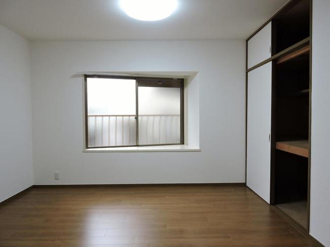 北東側約7.5帖の洋室です。