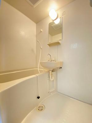 バスルームは洗面台付きの2点ユニットです♪お風呂に浸かって一日の疲れもすっきりリフレッシュ♪