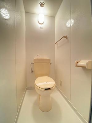 人気のバストイレ別です♪トイレが独立していると使いやすいですよね☆横にはタオルを掛けられるハンガーもあります♪