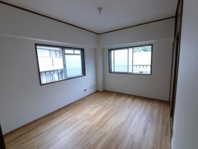 腰高窓の洋室です。