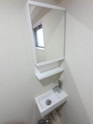 鏡の裏は収納になっているので水廻りをスッキリ清潔に保てます。