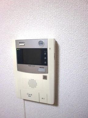 TVモニターインターホン付きで来訪者の確認も出来ます。