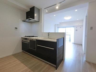 収納豊富な多機能システムキッチンに新規交換済みです。