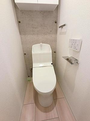 清潔な温水洗浄便座仕様のトイレ。収納棚が嬉しいですね。