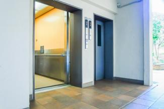 エレベーター2基ございます。お買い物帰りで荷物が多くても安心です。