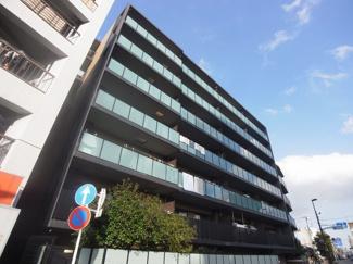 平成27年築、地上7階建ての存在感ある外観です。