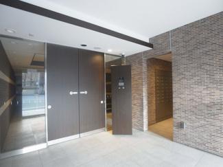 重厚感あるエントランスドアは洗練されたデザインです。