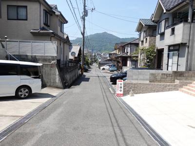 南側の前面道路はワイドな駐車スペースに面している為、車庫入れも楽ちん♪