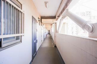 共有廊下に面したお部屋の窓には、防犯対策が施されています。