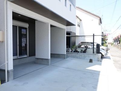 前面道路に繋がるワイドな駐車場は車庫入れも楽々です♪