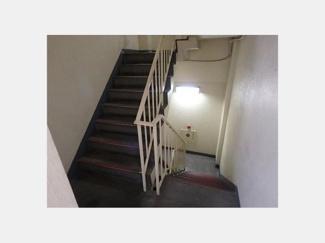 共用部分の階段です。手すり付きの階段が心強いですね。