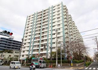 都営大江戸線・西武池袋線徒歩約2分と便利な立地のマンションです。