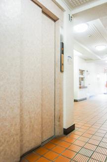 エレベーター付きの建物で、上階でも楽々上がれます。