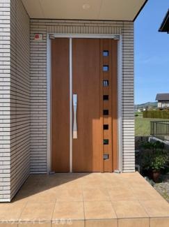 揖斐郡池田町萩原 一条工務店施工の中古住宅 築2年 太陽光発電システム搭載 玄関に手すりあります。お家に帰った瞬間に暖かく感じます♪