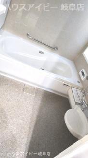 揖斐郡池田町萩原 一条工務店施工の中古住宅 築2年 太陽光発電システム搭載 浴室にも床暖房寒さ知らずで入浴できます。浴槽真空保温断熱浴槽♪6時間で1度しか温度が下がりません。