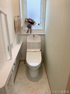 揖斐郡池田町萩原 一条工務店施工の中古住宅 築2年 太陽光発電システム搭載 トイレにももちろん、床暖房♪手すり・収納スペースついてます。