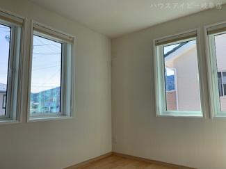 揖斐郡池田町萩原 一条工務店施工の中古住宅 築2年 太陽光発電システム搭載 2階洋室!窓全てトリプル樹脂サッシ!ハニカムシェイドも付いており、冬は暖かく夏は涼しく過ごしていただけます。