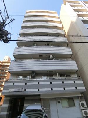 洒落た外観のマンション。