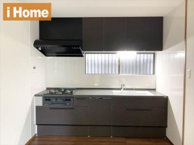 食器洗浄乾燥機付きシステムキッチン 採光・換気に便利な窓のあるキッチンです。