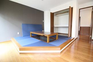 リビングに魅力的な畳スペース♪ゆったりとくつろげます♪