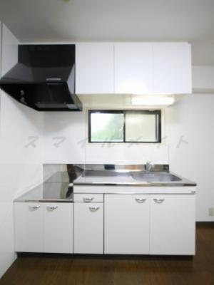 ガスコンロモチコミタイプのキッチン、窓もあります。