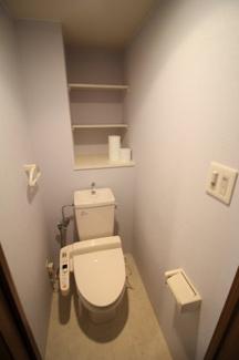 温水洗浄便座・収納棚・センサーライト付きのお手洗い