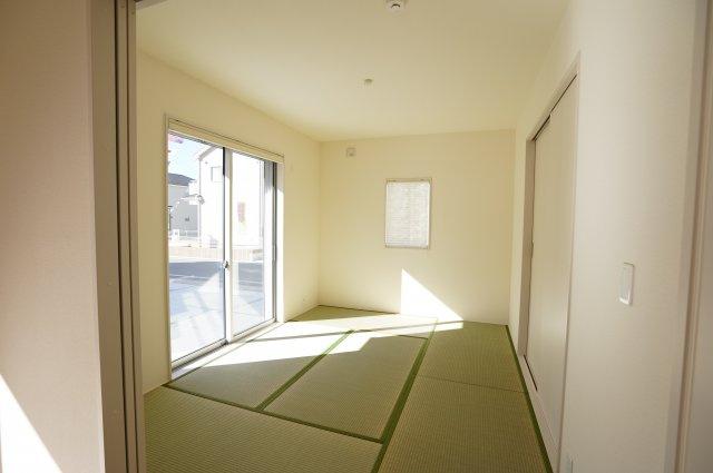 6帖 和室はちょっとゴロゴロするのに心地よい空間です。。。陽の光も入り気持ちよく過ごせそうですね。