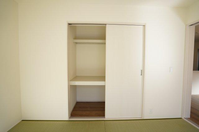 押入 開口部が広いのでムダなく利用できます。座布団やお布団、季節物の家電など収納できます。