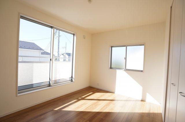 6帖 南向きの明るいお部屋です。2ヶ所から出入りできる共通のバルコニーがあります。