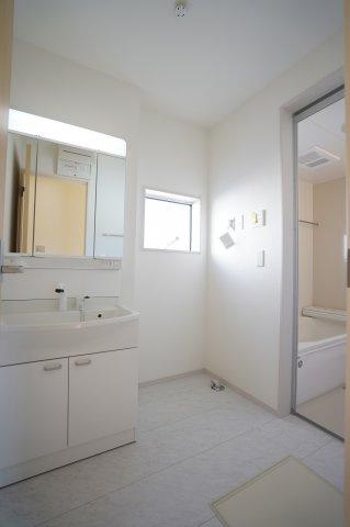 洗面脱衣所 窓があるので換気もできます。カビ予防対策は大事ですよ。