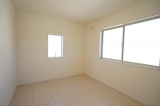 5.3帖 窓が2面あるので採光・通風のよいお部屋です。