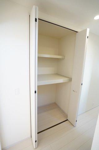 廊下収納 季節物の家電や買い置きした日用品等収納するのに便利です。