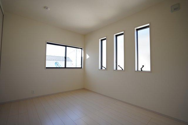 6帖 小窓もアクセントになってかわいいお部屋です。