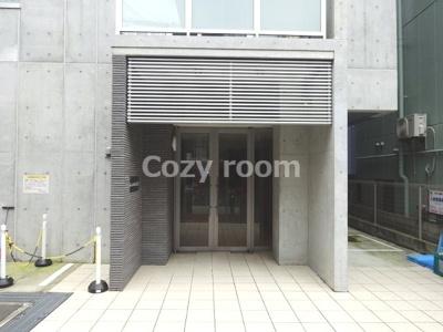 シンプルな外観のマンション玄関口です。