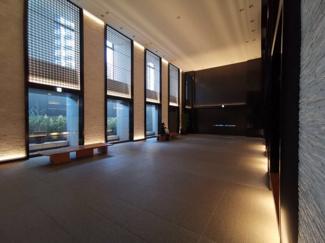 【エントランス】天井が高く開放感のあるデザインとなっています。また、ソファーもあり、待ち合わせにも最適です◎