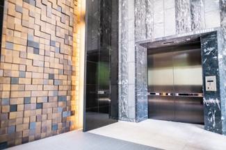 【メインエントランス】天井高約7メートルの空間です。自然の素材と光の融合がより高級感を醸し出します。